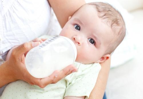 Come preparare il biberon senza rischi per il bebé